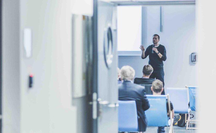 Arek Skuza prowadzi warsztat z innowacji w modelach biznesowych